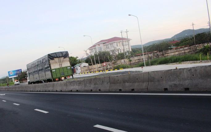 Đến chiều 9-4, trạm cân Phú Yên vẫn chưa hoạt động vì vướng dải phân cách và chưa có bảng báo hiệu trạm cân Ảnh: HỒNG ÁNH