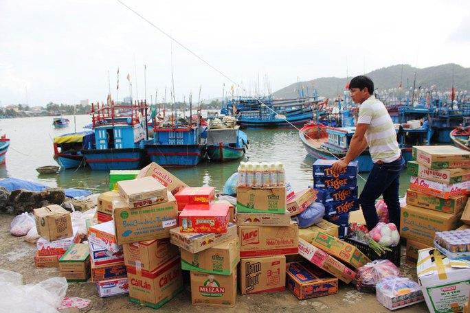 Ngư dân Khánh Hòa chuẩn bị lương thực cho chuyến ra khơi trong Tết Ảnh: KỲ NAM