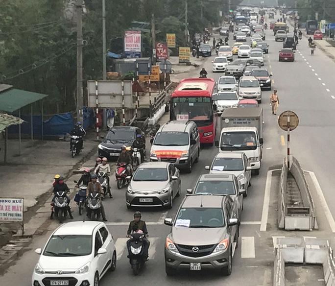 Rất nhiều xe chạy chậm, nối nhau nhằm phản đối việc thu phí ở cầu Bến Thủy 1, ngày 2-4- Ảnh: Đức Ngọc