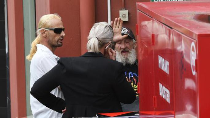 Nghi phạm (đeo kính đen) xuất hiện tại tòa hôm 25-1. Ảnh: Simon Bullard