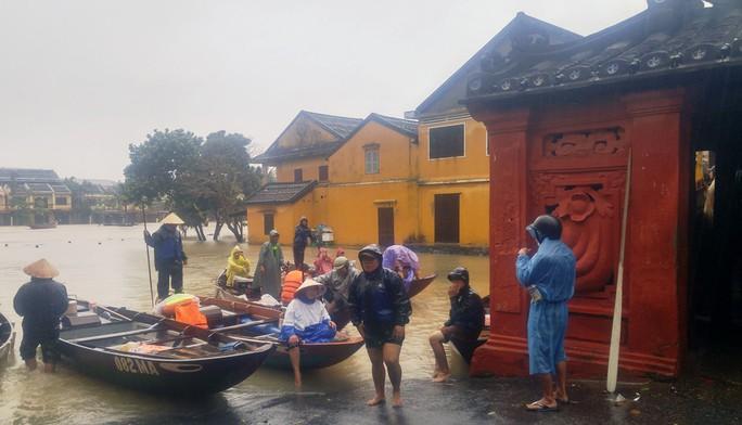 Làng mạc Quảng Nam ngập chìm trong nước, thủy điện vẫn xả lũ - Ảnh 3.