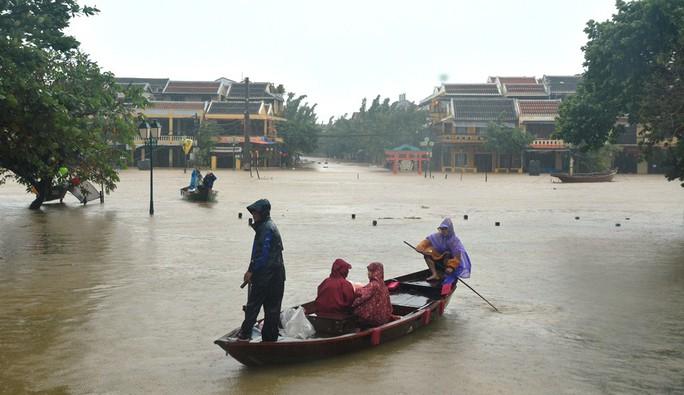 Làng mạc Quảng Nam ngập chìm trong nước, thủy điện vẫn xả lũ - Ảnh 4.