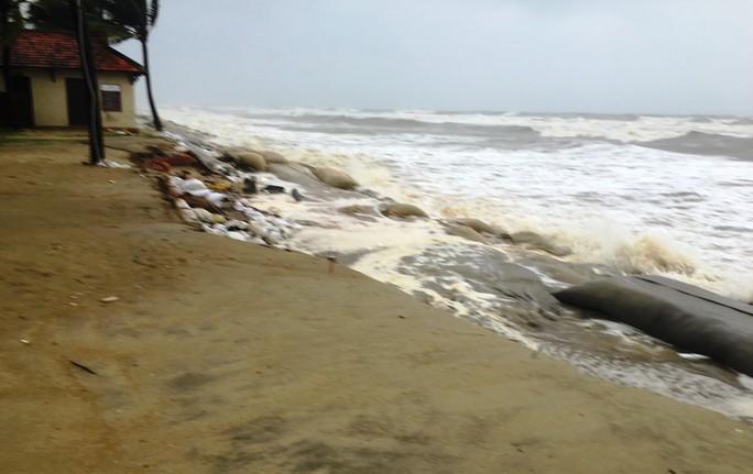 Làng mạc Quảng Nam ngập chìm trong nước, thủy điện vẫn xả lũ - Ảnh 5.