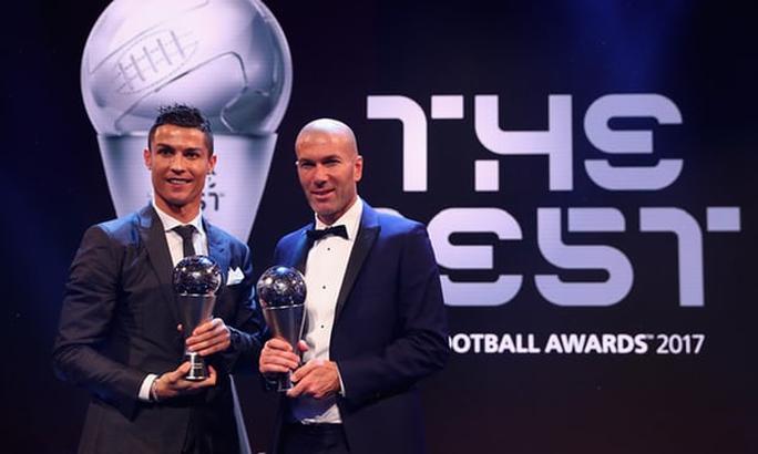 Thầy trò Ronaldo ẵm giải thưởng FIFA - Ảnh 1.