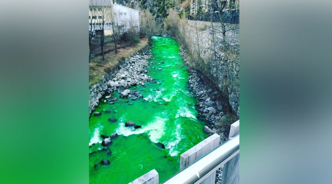 Nước sông Valira hôm 2-3 bất ngờ hóa xanh khiến giới chức trách và người dân lo lắng. Ảnh: RT