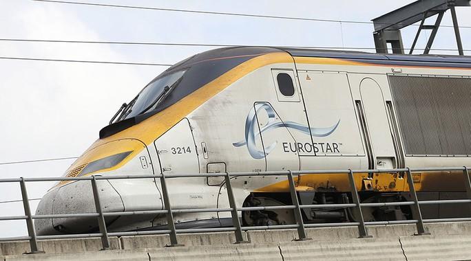 Một người đàn ông, được cho là người di cư, đã bị điện giật chết vì leo lên nóc tàu tốc hành Eurostar. Ảnh: RT