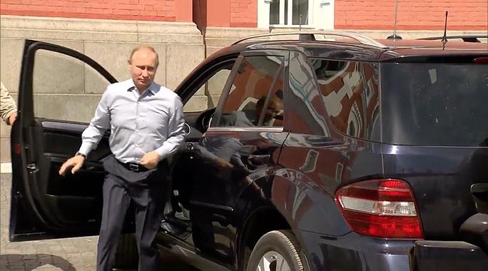 Vị khách bí ẩn trong xe của ông Putin - Ảnh 1.