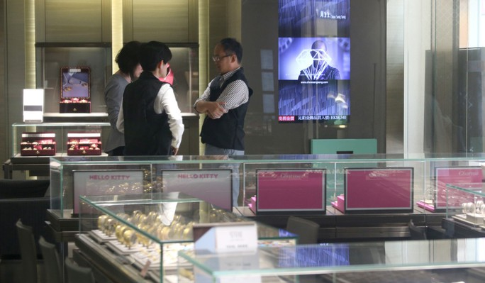 Hồng Kông: Cướp thần tốc 3,2 triệu USD trang sức trong 10 giây - Ảnh 2.