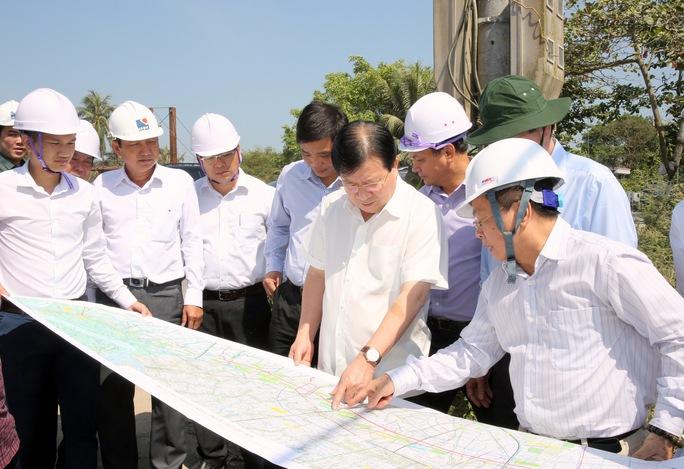 Phó Thủ tướng Trịnh Đình Dũng (đứng thứ 2 hàng trên cùng từ phải sáng) đi kiểm tra thực tế tuyến cao tốc TP HCM- Trung Lương- Mỹ Thuận- Cần Thơ vào sáng 10-3. Ảnh: XUÂN TUYẾN