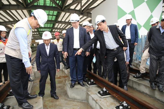 Phó Thủ tướng Trịnh Đình Dũng nghe báo cáo tiến độ tại công trường dự án đường sắt trên cao Cát Linh - Hà Đông