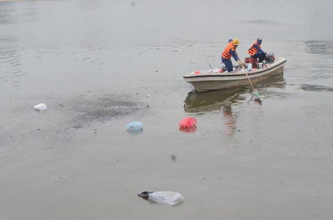 Tuy nhiên, nhiều người thả cá chép thả luôn rác xuống lòng hồ khiến công nhân môi trường vất vả thu gom rác