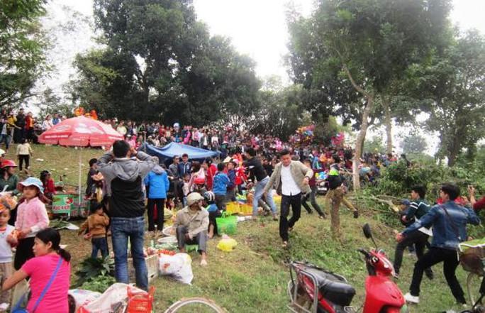 Chợ được họp tại một bãi đất ven sông Hoàng giáp ranh hai huyện Triệu Sơn và Đông Sơn (Thanh Hóa)