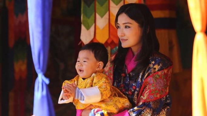Hoàng hậu Jetsun Pema và con trai. Ảnh: FACEBOOK