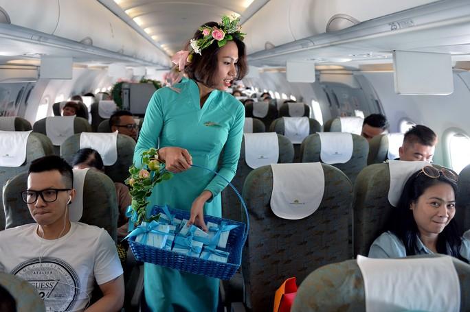 """Các tiếp viên tặng quà là các thanh sô-cô-la cho toàn bộ hành khách trên chuyến bay """"Fly with Heart"""""""