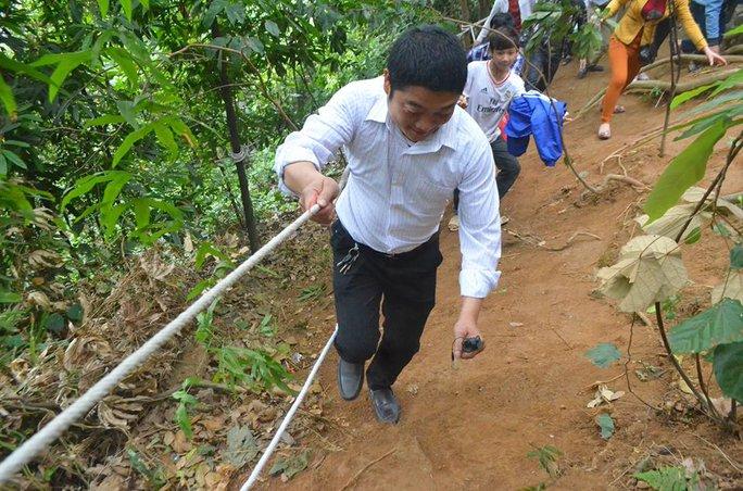 Du khách còn đu dây thừng để di chuyển lên các đền trên núi Nghĩa Lĩnh