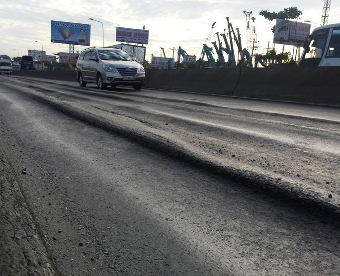Trước đó, mặt đường bị hư hỏng nghiêm trọng, tạo thành các rãnh sâu đến 20 cm theo vệt bánh xe