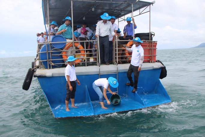 Phú Quốc thả 1 triệu con ghẹ xuống biển - Ảnh 2.