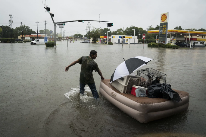 Mỹ: Bức ảnh gây sốc trong bão Harvey - Ảnh 8.