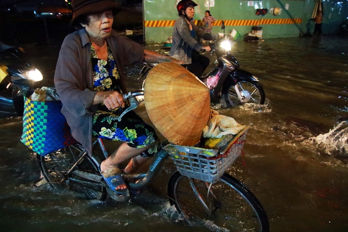 Sài Gòn hụp lặn trong nước ngập đêm đầu tuần - Ảnh 12.