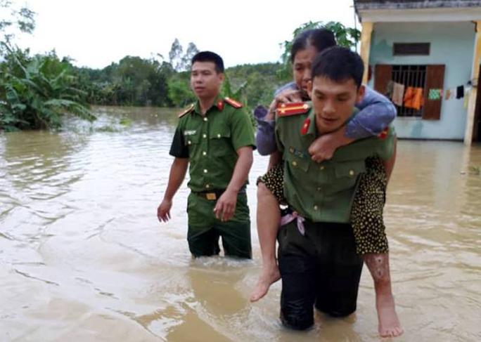 Công an, bộ đội dầm  mình trong nước ăn vội, giúp dân chống lũ dữ - Ảnh 5.