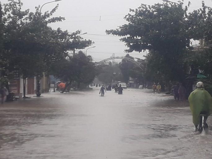 Làng mạc Quảng Nam ngập chìm trong nước, thủy điện vẫn xả lũ - Ảnh 10.
