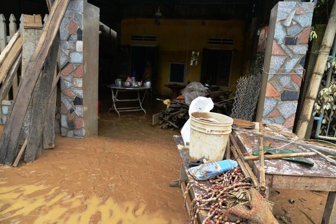 Quảng Ngãi: Nhiều nơi tan hoang sau trận lũ kỳ lạ - Ảnh 5.