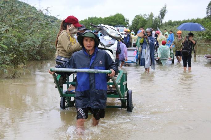 Người dân Quảng Nam dùng xe bò chở xe máy vượt lũ - Ảnh 10.