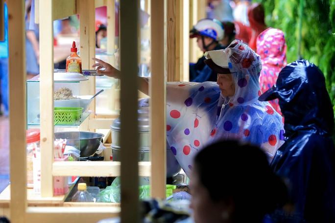 Hàng trăm người đội mưa đến phố hàng rong Bách Tùng Diệp - Ảnh 10.