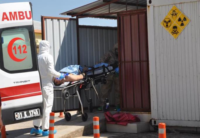 Một người Syria bị trúng chất độc hóa học tại tỉnh Idlib được đưa đi điều trị. Ảnh: Reuters