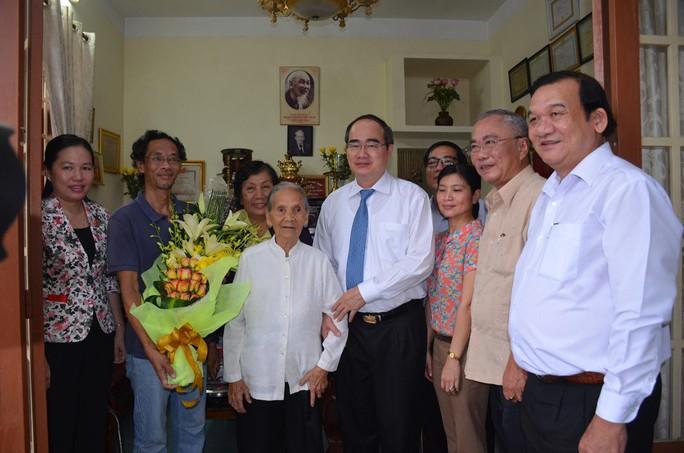 Lãnh đạo TP HCM thăm người cao tuổi, bệnh nhi - Ảnh 1.