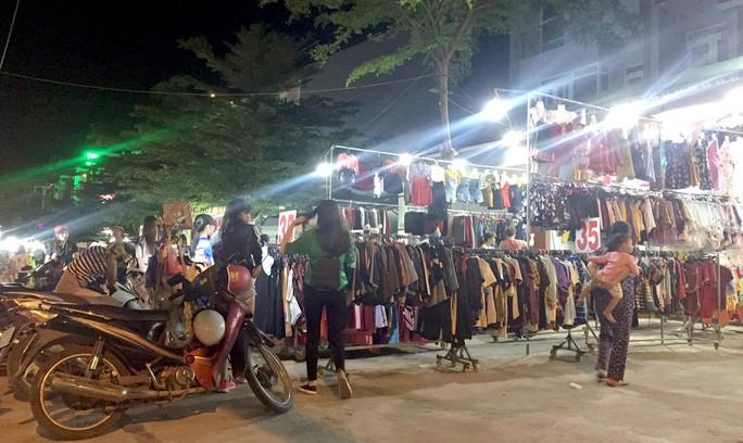 Tối 16-3, vỉa hè đường Tăng Nhơn Phú, đoạn qua phường Phước Long B, quận 9, TP HCM, bị lấn chiếm để buôn bán