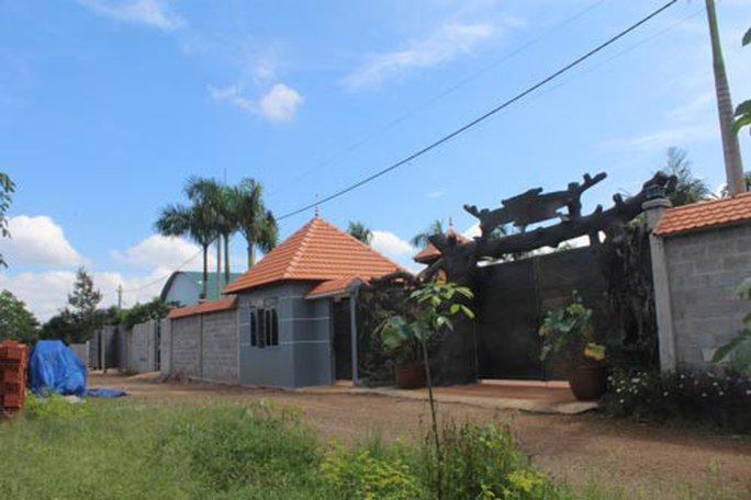 Cửa cổng biệt thự bằng gỗ của ông Trần Văn Danh