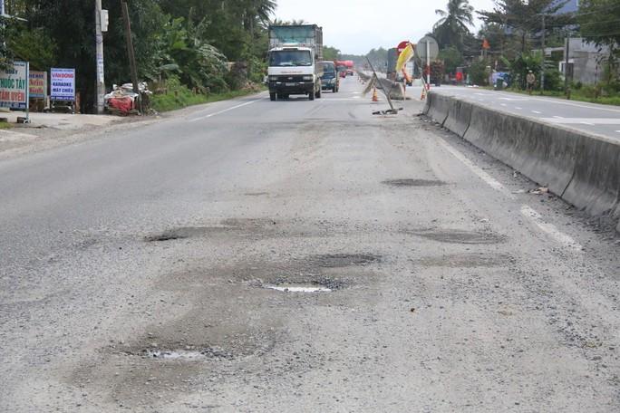Quốc lộ 1 qua huyện Núi Thành, tỉnh Quảng Nam bị hư hỏng nặng Ảnh: TRẦN THƯỜNG