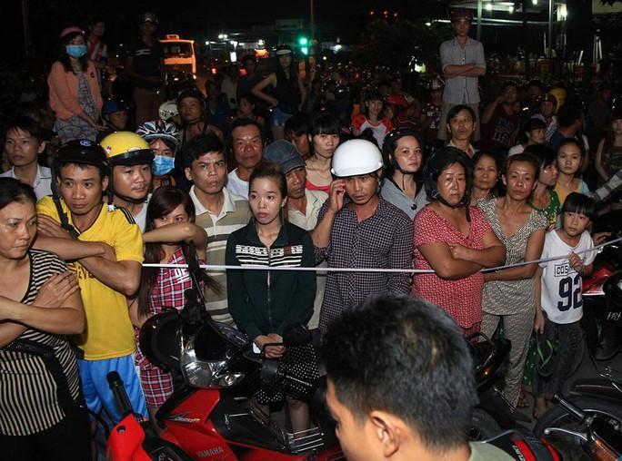 Người dân Bình Dương theo dõi công an khám nghiệm hiện trường vụ một người chồng quê Quảng Trị giết vợ do ghen tuông