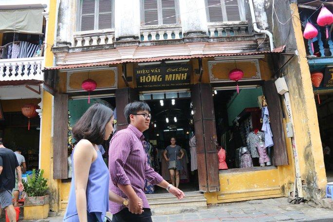 Nhà thờ tộc Tạ trên đường Trần Phú đang được tận dụng làm hiệu vải