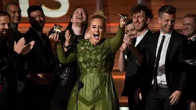 Adele đã bẻ cúp vàng, chia sẻ cho Beyonce