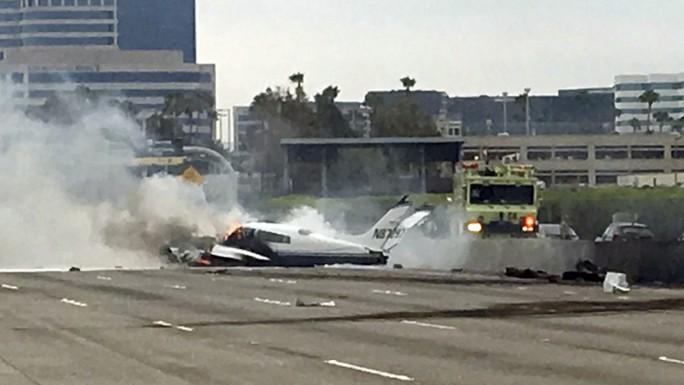 Mỹ: Máy bay bất ngờ lao xuống đường cao tốc - Ảnh 3.