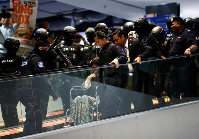 Đoàn Thị Hương được nhìn thấy ngồi trên xe lăn. Ảnh: Reuters