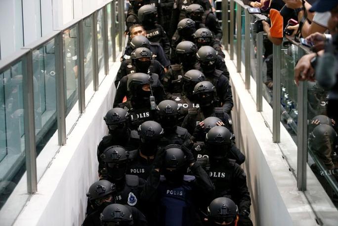 Lực lượng cảnh sát dày đặc tại sân bay hôm 24-10. Ảnh: Reuters