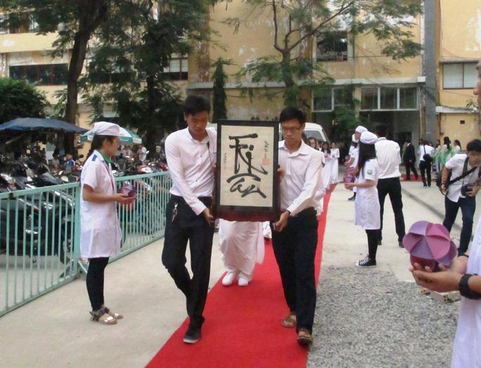 Bức thư pháp do chính thầy hiệu phó Phạm Đăng Diệu viết được rước từ hội trường tổ chức lễ sang bàn thờ tại Bộ môn Giải phẫu.