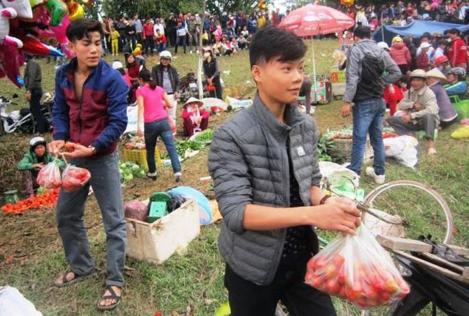 Cà chua là vũ khí không thể thiếu ở phiên chợ Chuộng
