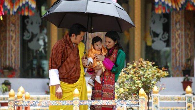 Gia đình đầm ấm của vua Bhutan. Ảnh: FACEBOOK