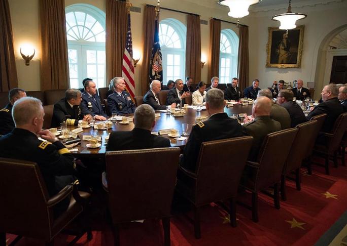 Cựu Tổng thống Obama họp tại Phòng Nội các với đầy đủ ánh sáng. Ảnh: INSTAGRAM