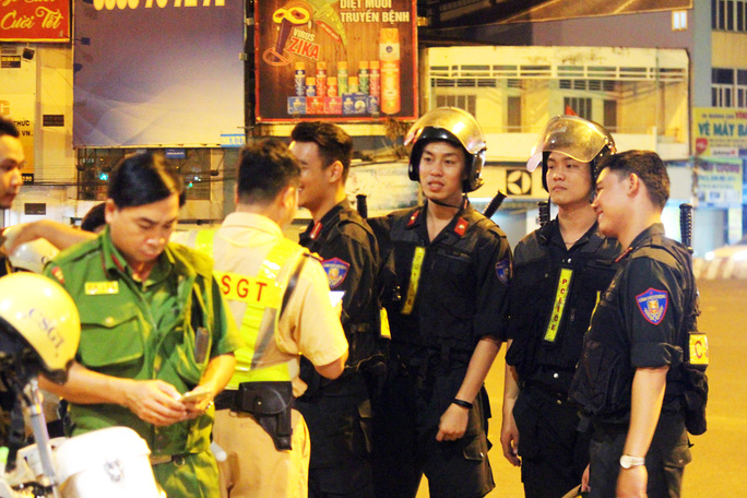 Một tổ công tác chốt chặn tuần tra chung trên địa bàn quận 2, quận Bình Thạnh, quận Gò Vấp khuya 26-4, rạng sáng 27-4.
