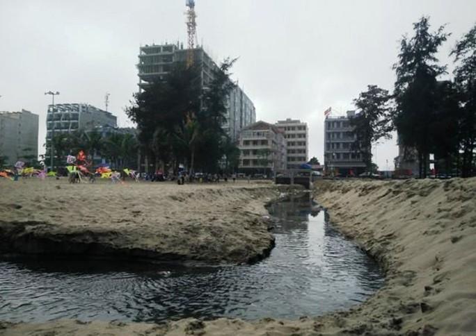 Sầm Sơn đã đầu tư hệ thống xử lý nước thải tới 190 tỉ đồng nhưng 3 cống nước thải vẫn đổ ra bãi biển
