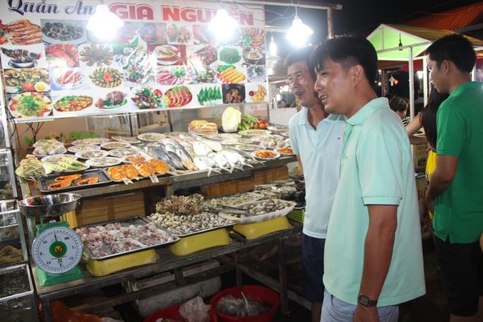 Mướt mồ hôi ở chợ đêm Phú Quốc - Ảnh 2.