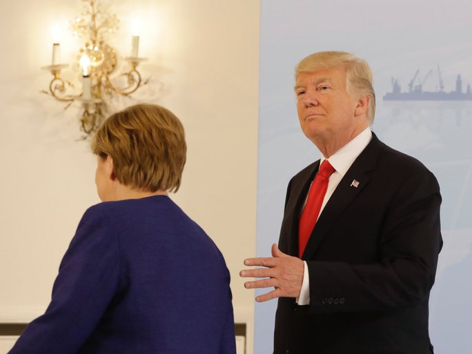 Tổng thống Donald Trump đã bắt tay bà Merkel - Ảnh 2.