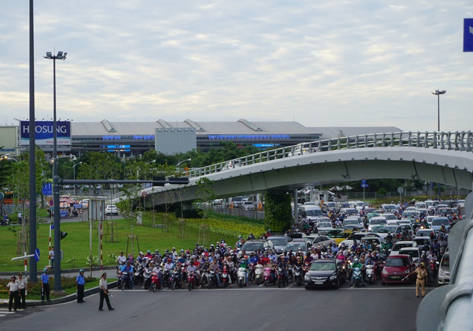 Cửa ngõ sân bay Tân Sơn Nhất hỗn loạn vì sự cố giao thông - Ảnh 6.
