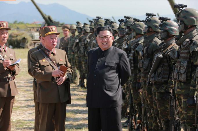 Cận cảnh Triều Tiên tập trận tấn công đảo Hàn Quốc - Ảnh 6.