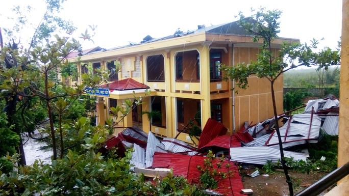 Cận cảnh trường học tan hoang, nhà cửa đổ nát sau bão - Ảnh 8.